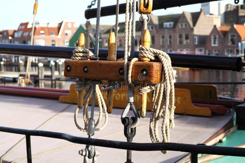 Cuerdas en un velero en Holanda imágenes de archivo libres de regalías