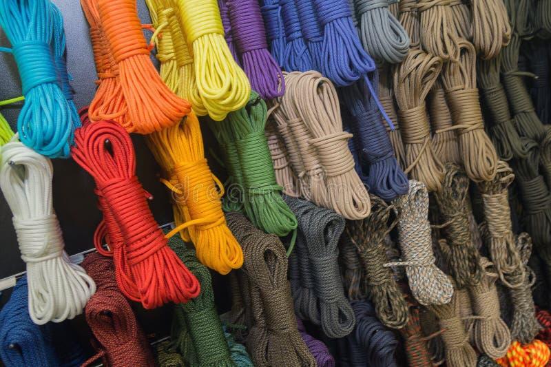 Cuerdas multiusos de diversos colores en la ventana de la tienda imágenes de archivo libres de regalías