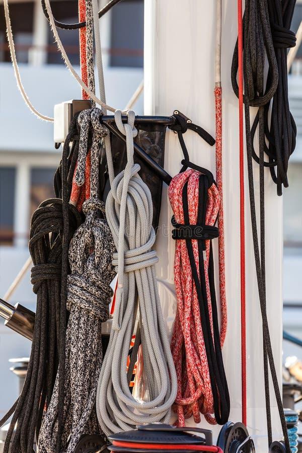 Cuerdas náuticas del amarre fotos de archivo