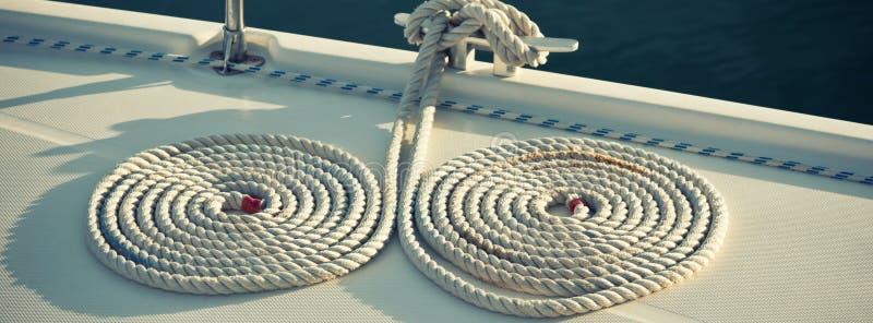 Cuerdas náuticas del amarre en un barco imagen de archivo libre de regalías