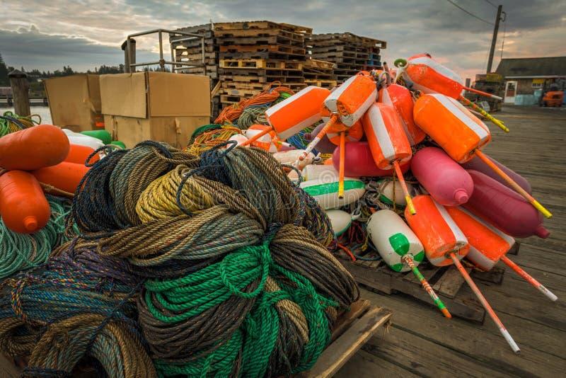 Cuerdas y boyas en muelle de la pesca de la langosta foto de archivo