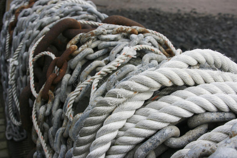 Cuerdas y encadenamientos en una pared foto de archivo