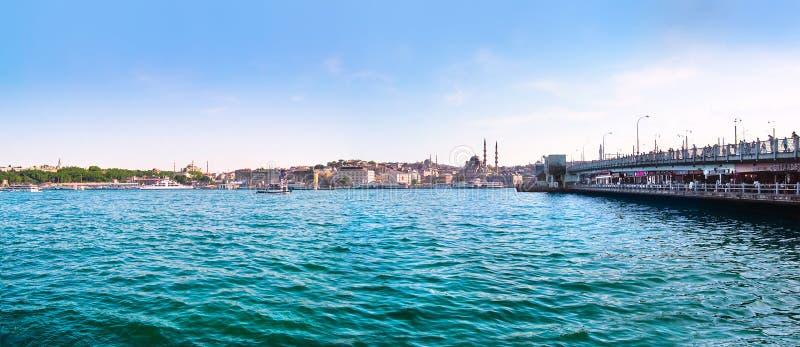 Cuerno de oro con el puente de Bosphorus y de Galata en Estambul, Turquía fotos de archivo
