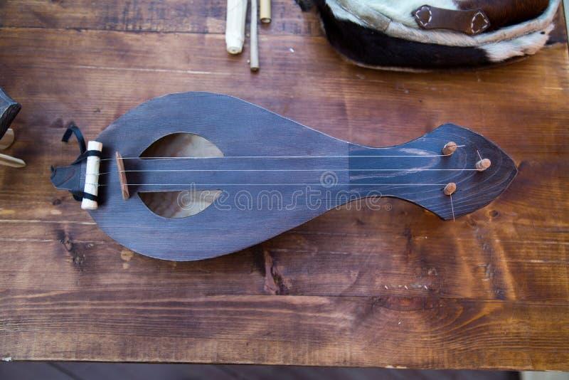Cuerno del instrumento musical en la tabla de tableros marrones Foco selectivo fotografía de archivo