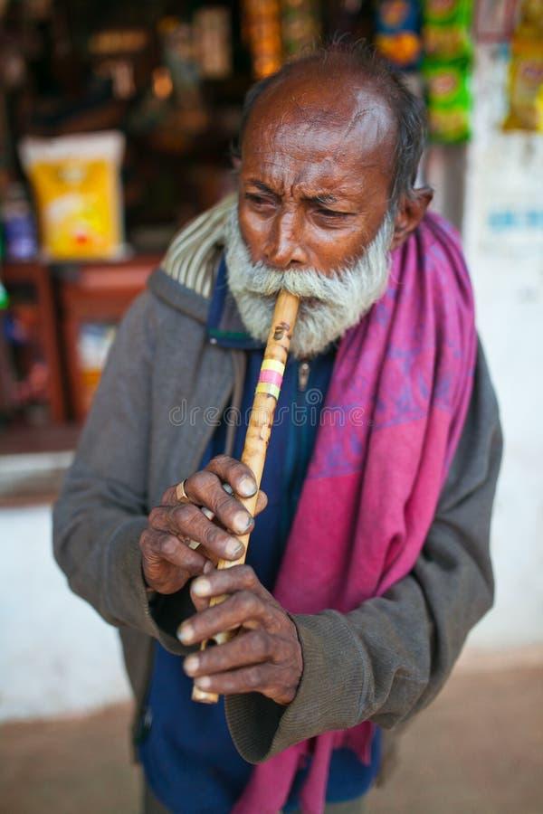 Cuerno que sopla indio del viejo hombre imagen de archivo libre de regalías