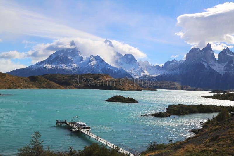 Cuernos del Paine Horns de Paine et de lac Pehoe en parc national de Torres del Paine photographie stock