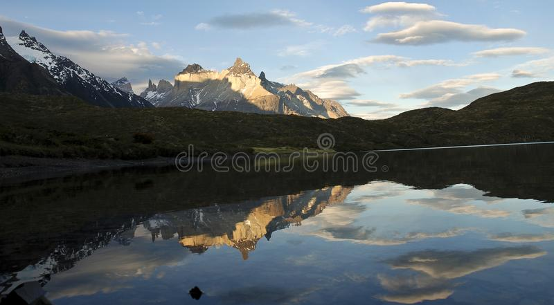 Cuernos del Paine refletiu no lago Pehoe no Patagonia chileno fotos de stock royalty free