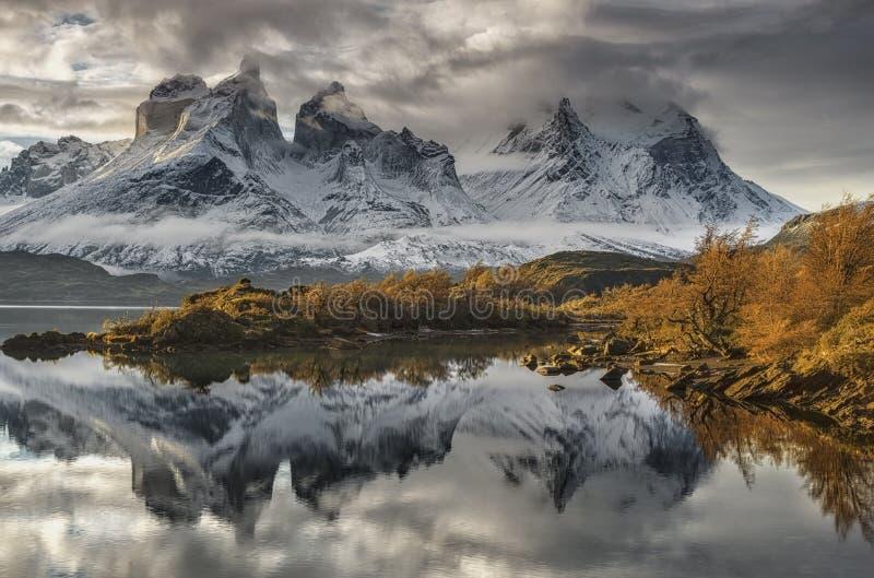 Cuernos del Paine y Almirante Neto fotos de archivo