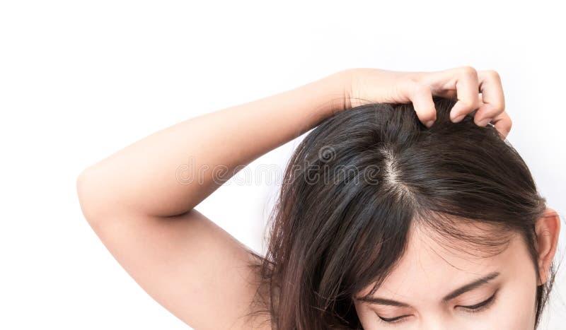 Cuero cabelludo que pica de la mano de la mujer del primer, cuidado del cabello imagen de archivo libre de regalías