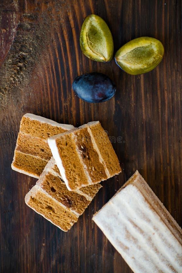 Cuero de la fruta de ciruelos y de peras Pastila ruso Bocado crudo sano del vegano Torta del milhojas del ciruelo de la fruta imágenes de archivo libres de regalías