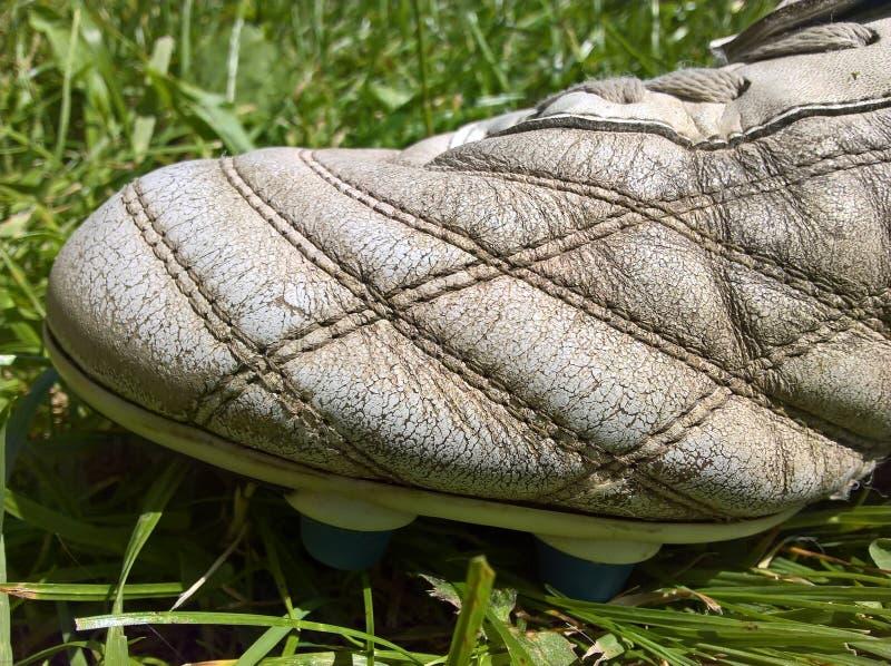 Cuero viejo de la bota del fútbol imagen de archivo