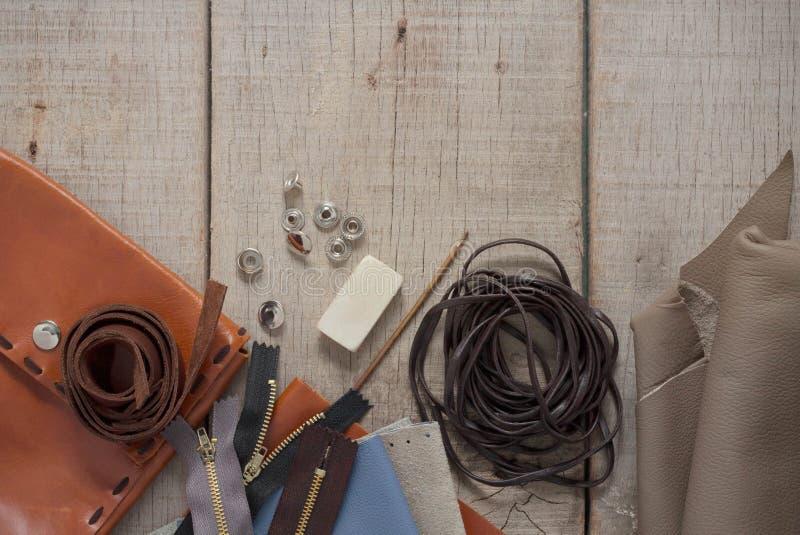 Cuero y accesorios en de madera imágenes de archivo libres de regalías