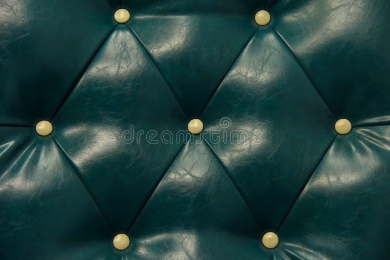 Cuero y sofá verdes antiguos del botón imágenes de archivo libres de regalías