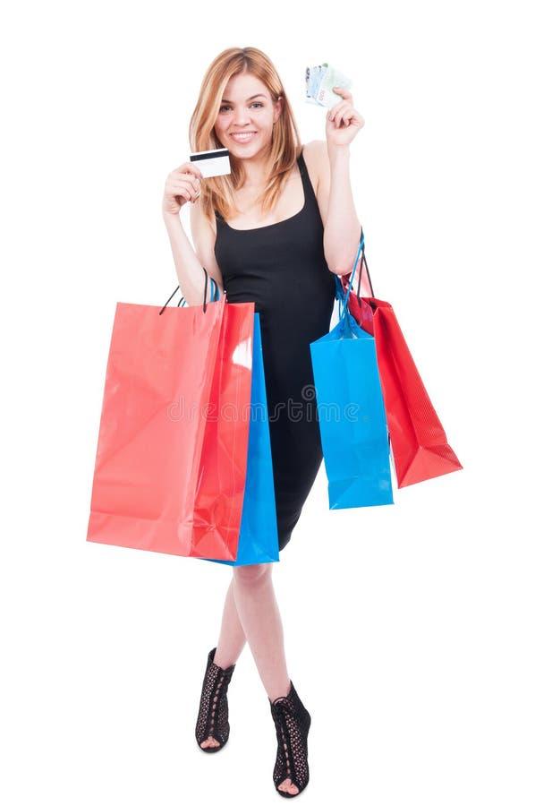 Cuerpo completo de la muchacha de moda en las compras fotos de archivo