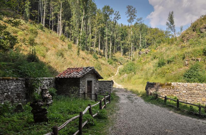 Cuerpo de guardia hecho de piedras en el cierre de madera por el La franciscano Verna del santuario en Toscana Italia fotos de archivo libres de regalías