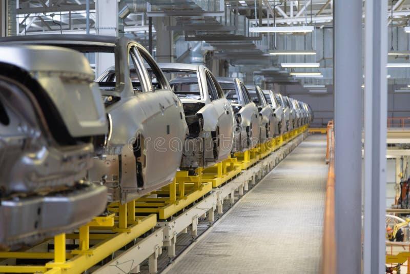 Cuerpo del coche en la asamblea moderna del transportador de coches en la planta proceso de generación automatizado de la carroce fotos de archivo