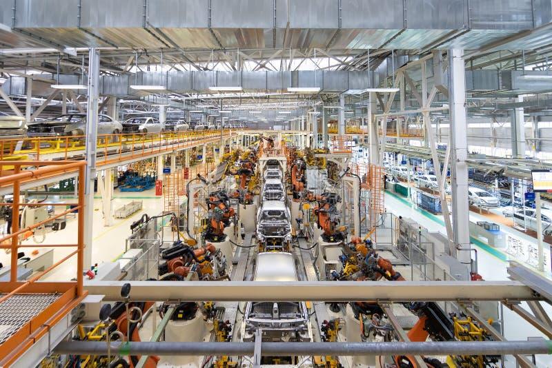 Cuerpo del coche en la asamblea moderna del transportador de coches en la planta proceso de generación automatizado de la carroce imágenes de archivo libres de regalías