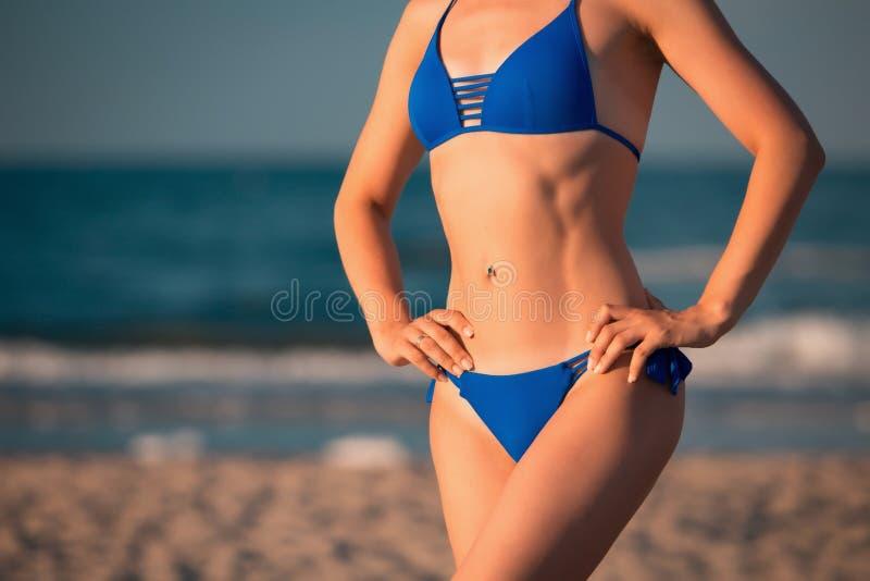 Cuerpo deportivo imponente de la muchacha en bikini azul imagen de archivo