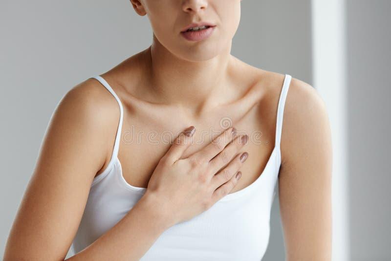 Cuerpo femenino del primer, mujer que tiene dolor en el pecho, problemas de salud foto de archivo
