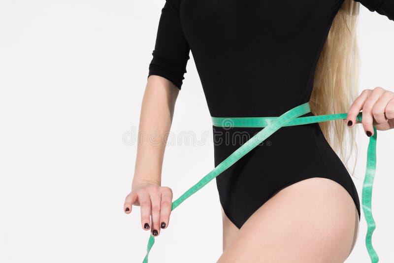 Cuerpo femenino delgado con una cintura delgada foto de archivo