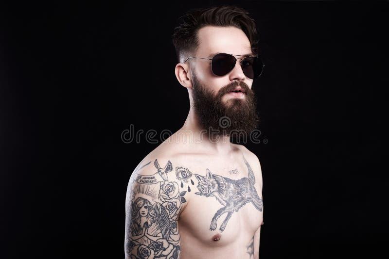 Cuerpo masculino joven desnudo Muchacho con el tatuaje imagenes de archivo