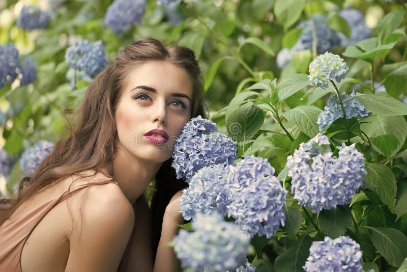 Cuerpo sensual de la mujer Retrato de la mujer hermosa y de flores azules imagen de archivo