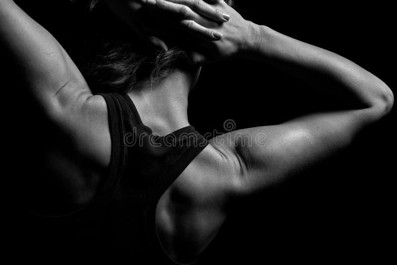 Cuerpo superior de una mujer muscular de la parte posterior fotografía de archivo libre de regalías