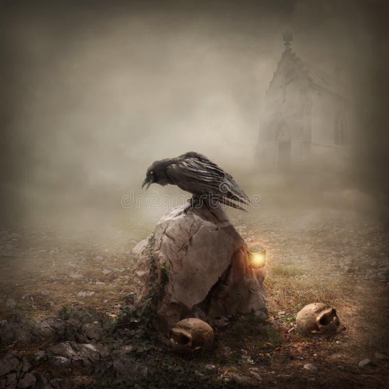 Cuervo en una lápida mortuaria fotografía de archivo