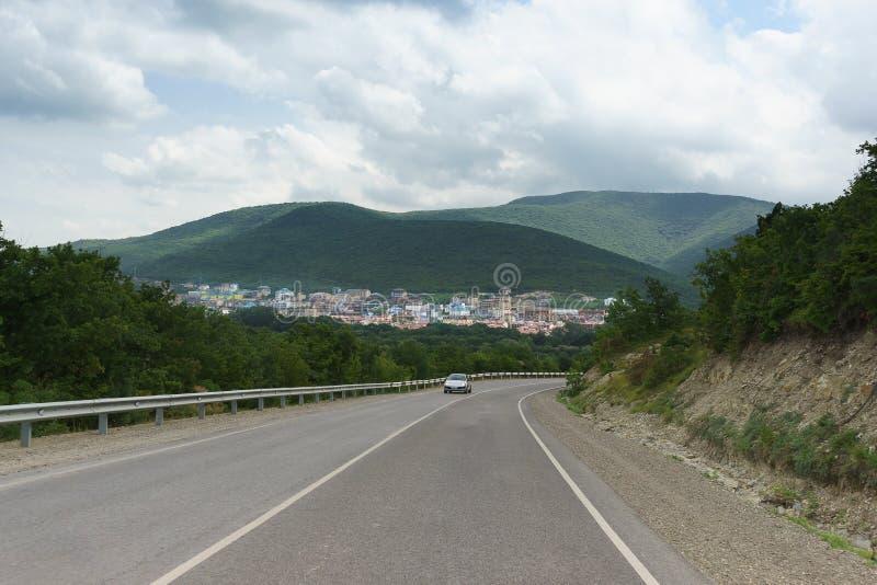 Cuesta abajo en un camino de la montaña en la garganta el pueblo de Sukko, Gorodskoy Okrug Anapa, Krasnodarskiy Kray, Rusia imágenes de archivo libres de regalías