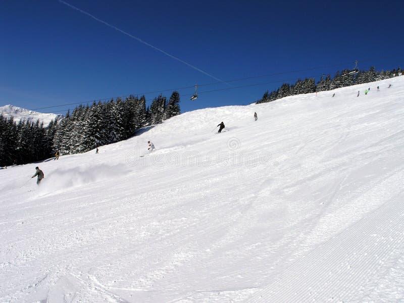 Cuesta con los esquiadores fotos de archivo libres de regalías
