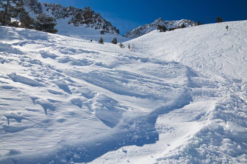 Cuesta de la nieve en el invierno los Pirineos imágenes de archivo libres de regalías