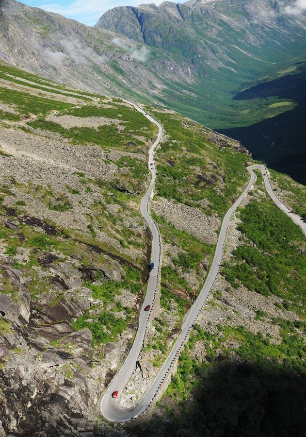 Cuesta de montaña con el camino serpentino. Trollstigen. fotografía de archivo