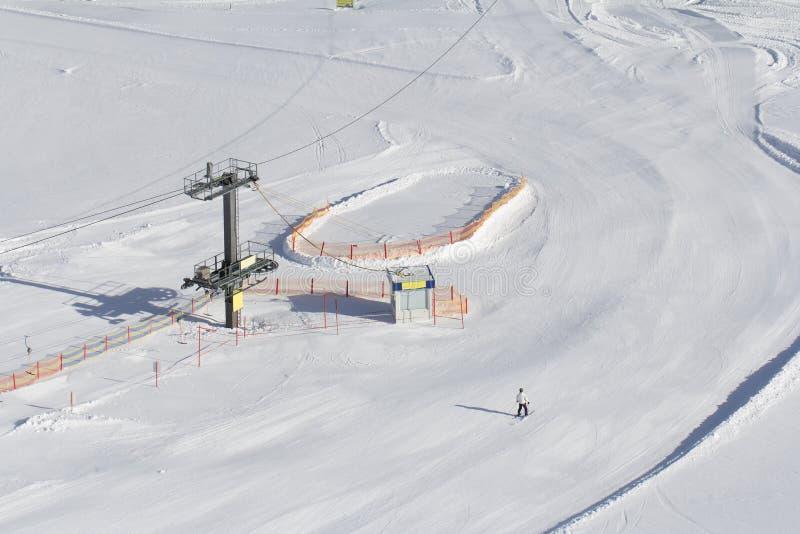 Cuesta del esquí con el remonte foto de archivo libre de regalías