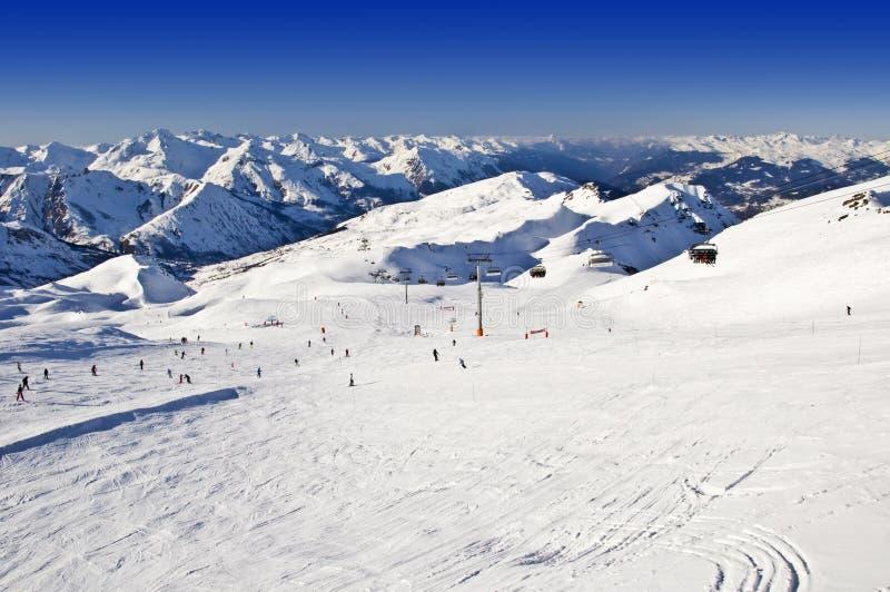 Cuesta del esquí Nevado con los esquiadores en las montañas fotos de archivo libres de regalías
