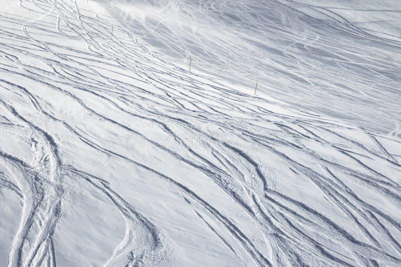 Cuesta del esquí para el freeride y eslalom con nieve nuevo-caida imagenes de archivo
