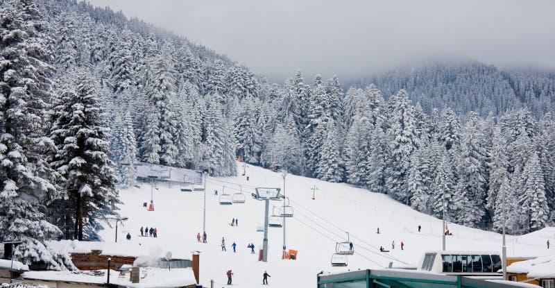 Cuesta del esquí y elevación de esquí de la silla en Borovets, Bulgaria imagenes de archivo
