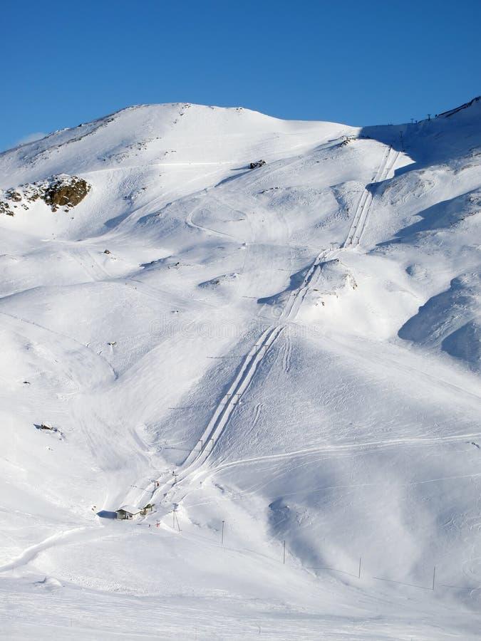 Cuesta en el centro turístico de esquí imágenes de archivo libres de regalías