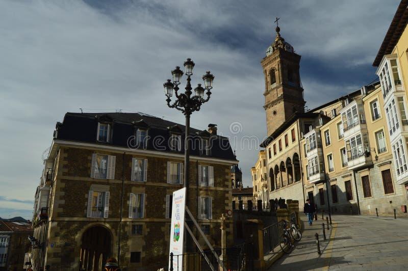 Cuesta escarpada con el campanario de la iglesia en el top en Vitoria Arquitectura, arte, historia, viaje foto de archivo libre de regalías