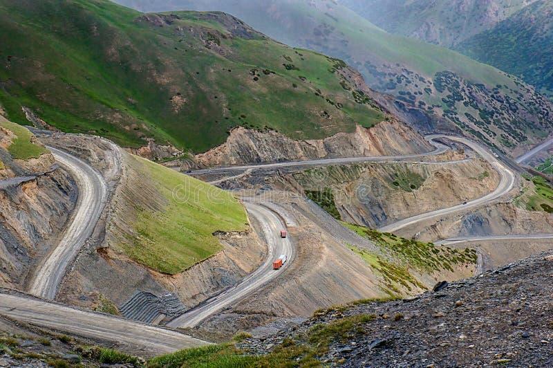Cuesta escarpada de la carretera de la carretera M41 de Pamir imagenes de archivo