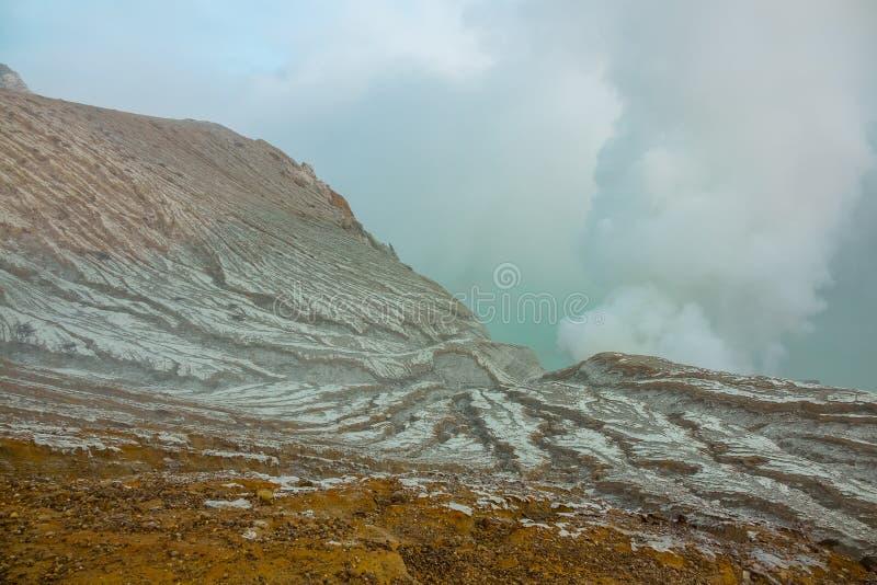 Cuesta sin vida de un volcán venenoso del azufre imagen de archivo