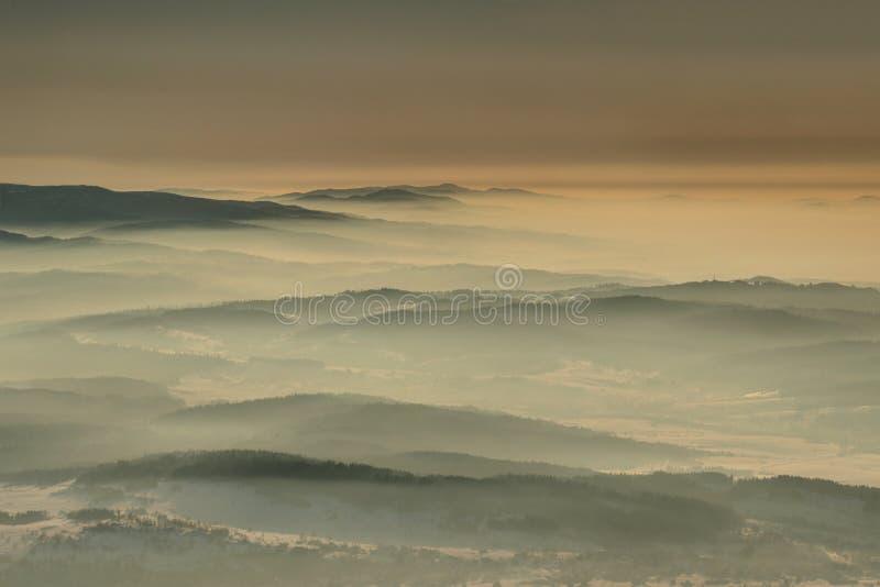 Cuestas apacibles en neblina en el amanecer en Beskids Cárpatos Polonia imágenes de archivo libres de regalías