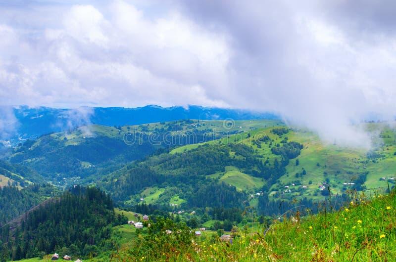 cuestas de montaña de los Cárpatos, un paisaje natural hermoso foto de archivo