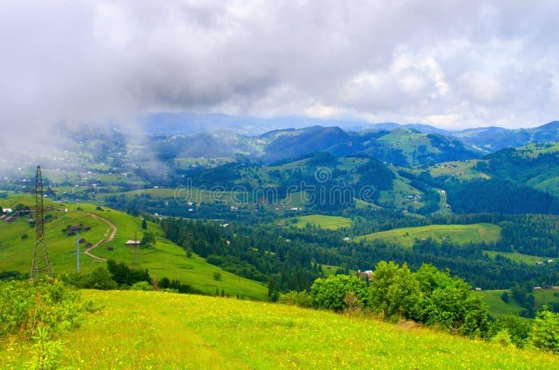 cuestas de montaña de los Cárpatos, un paisaje natural hermoso foto de archivo libre de regalías