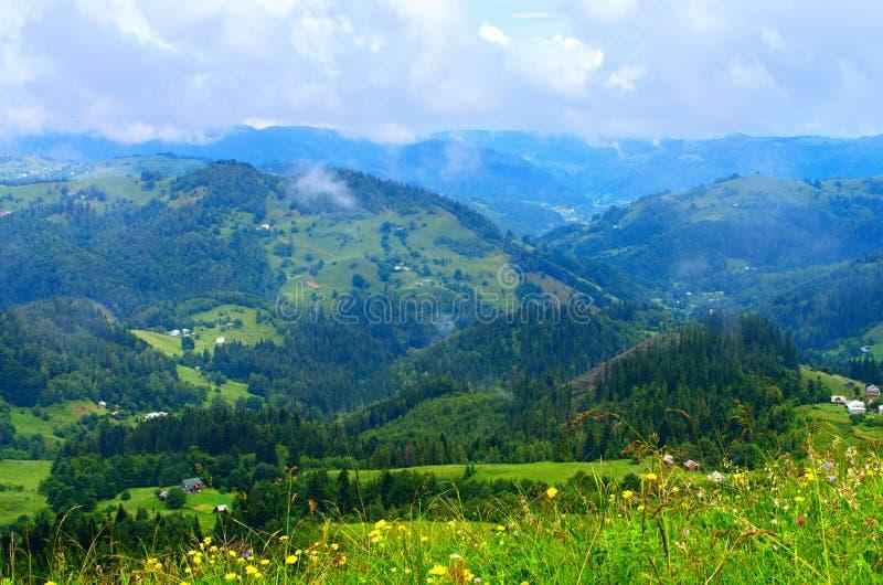 cuestas de montaña de los Cárpatos, un paisaje natural hermoso fotos de archivo