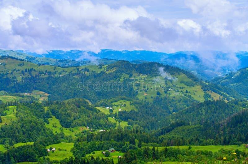 cuestas de montaña de los Cárpatos, un paisaje natural hermoso imagen de archivo