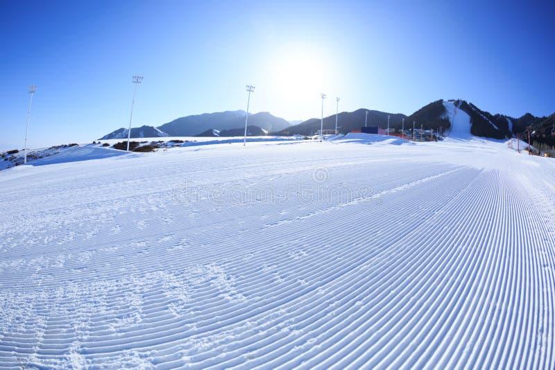 Cuestas del esquí en estación de esquí de las montañas fotos de archivo