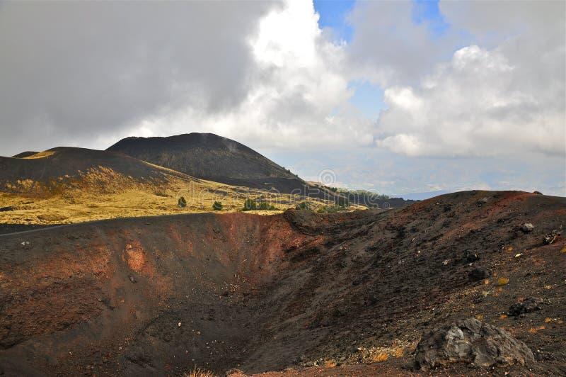 Cuestas y borde de la caldera del monte Etna, Sicilia fotos de archivo libres de regalías