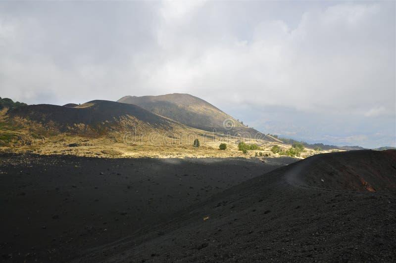 Cuestas y borde de la caldera del monte Etna, Sicilia imagenes de archivo
