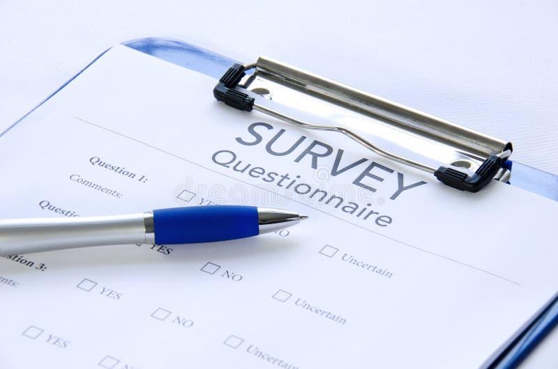 Cuestionario genérico de la encuesta en el sujetapapeles con la pluma foto de archivo libre de regalías