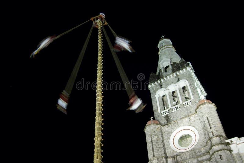CUETZALAN, MÉXICO - 2012: Uma família das acrobatas conhecidas como o ` dos voladores do los do ` executa no zocalo de Cuetzalan fotografia de stock royalty free